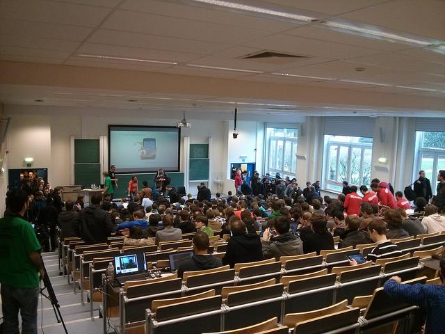 Entrée de la foule dans une conférence du FOSDEM 2014
