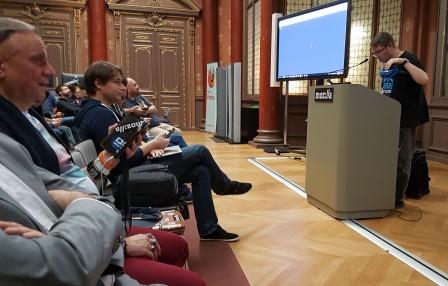 David de Microsoft au pupitre pour les une démo interactive avec les smartphones du public et son casque de réalité virtuelle via WebVR