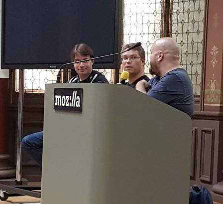 Les orateurs répondant au public