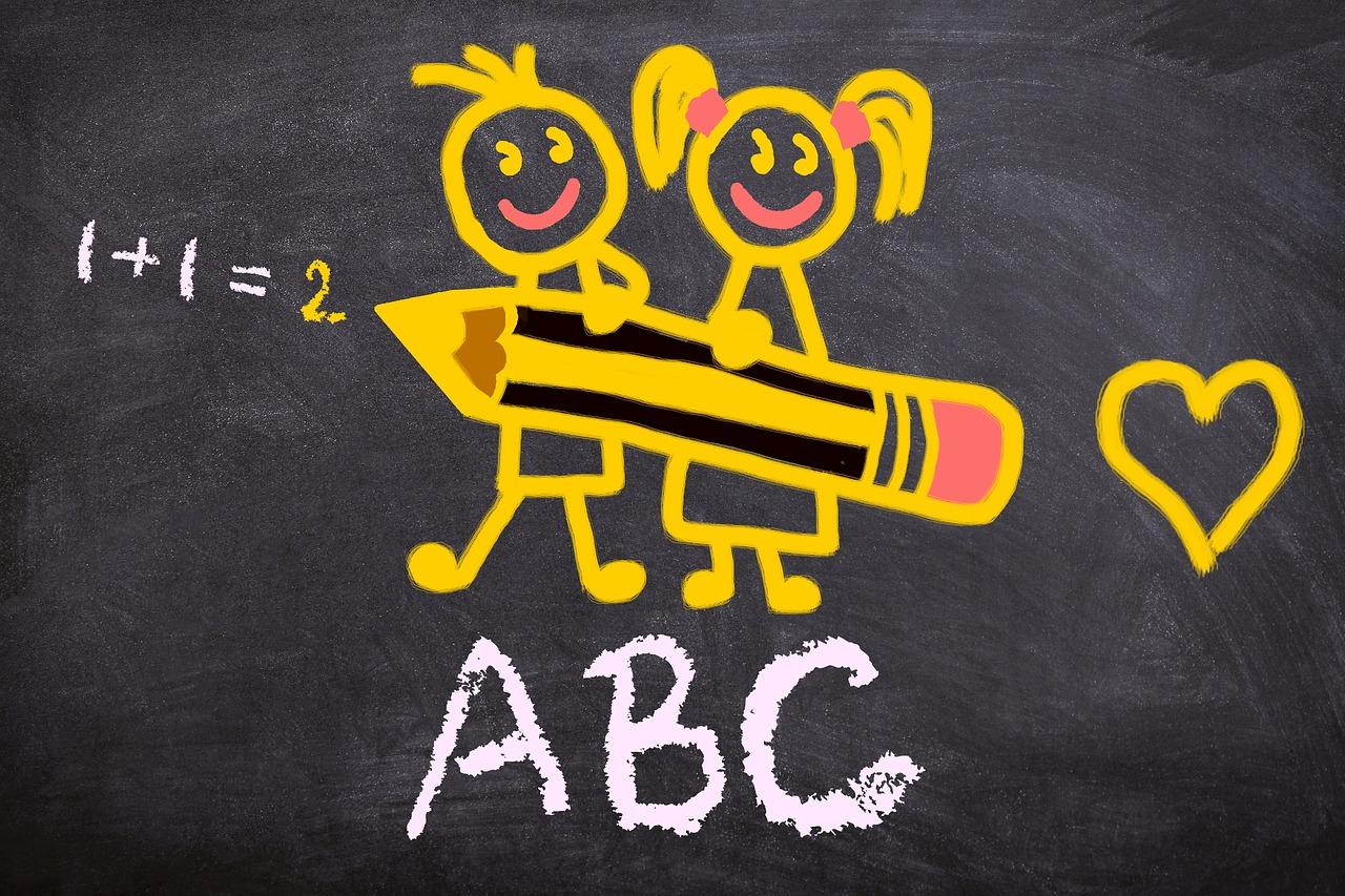 Dessin sur tableau noir d'une fille et d'au garçon tenant devant eux un gros crayon ayant écrit 1 + 1 = 2 et un cœur à droite et « ABC » à la craie blanche en dessous (stux, back to school, Pixabay)